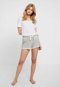 GAP - ROLL UP SHORT - Spodnie od piżamy - light heather grey - 1