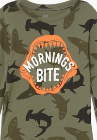 GAP - BOY BITE - Pijama - army camo - 4