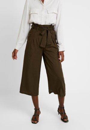 BEAU BELT - Pantaloni - dark olive