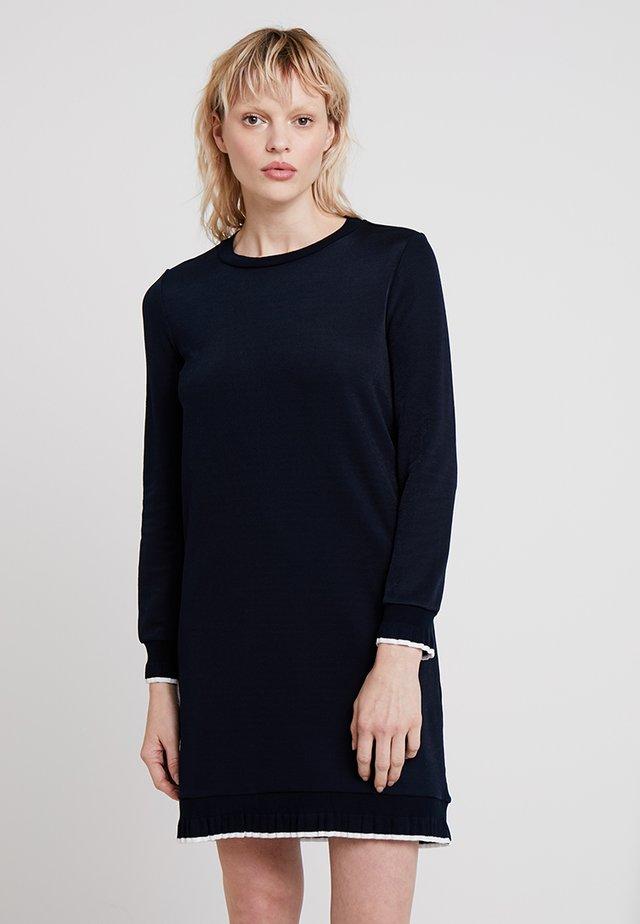 PIA DRESS - Pletené šaty - dark navy/ milk