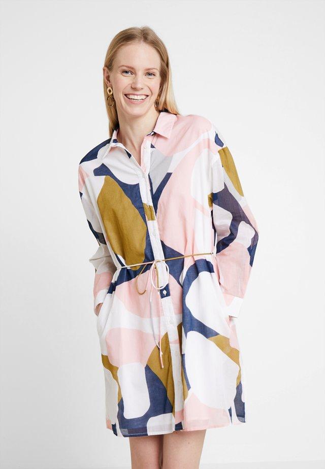 SARASOTA ABSTRA DRESS - Košilové šaty - coral/multi combo