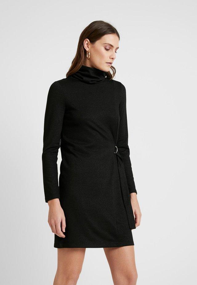 TAMARA TIE - Pletené šaty - black/gold