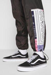 Grimey - CARNITAS TRACK PANTS - Teplákové kalhoty - black - 6