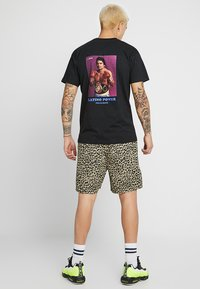 Grimey - THE HANDS OF STONE TEE - T-Shirt print - black - 2