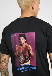 Grimey - THE HANDS OF STONE TEE - T-Shirt print - black - 5