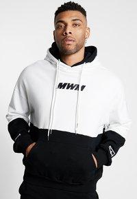 MWM - DOUBLE - Jersey con capucha - white/black - 2