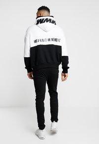 MWM - DOUBLE - Jersey con capucha - white/black - 3