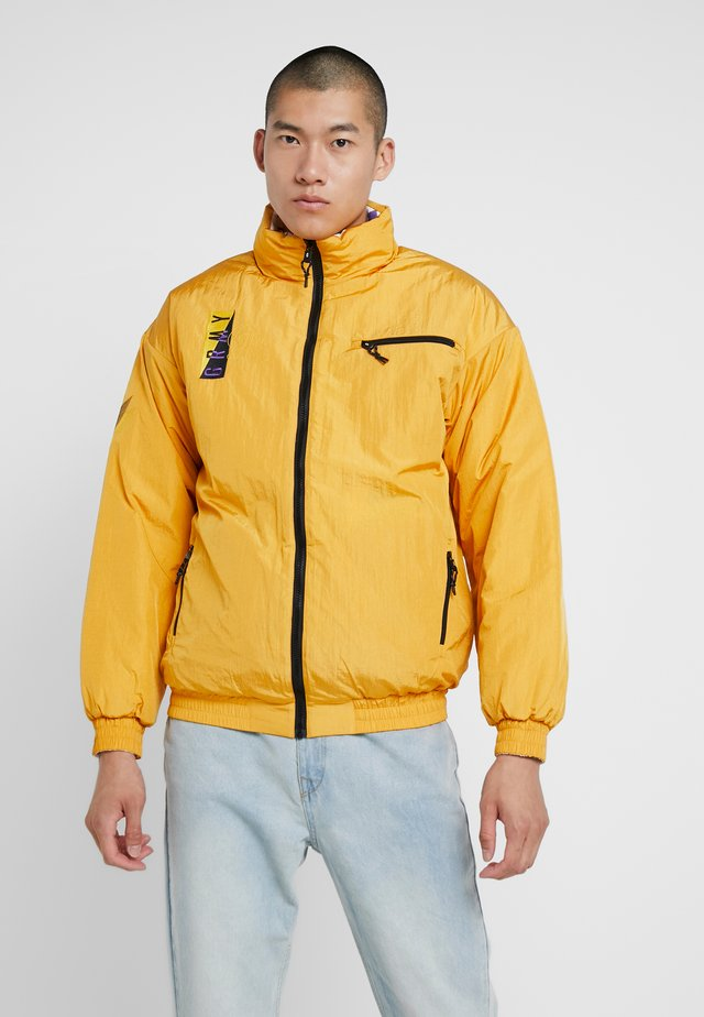 ALIENATION 1977 REVERSIBLE PUFFY JACKET - Winterjacke - mustard