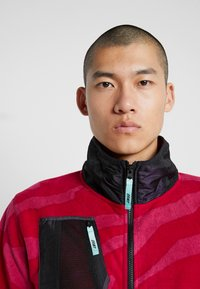 Grimey - MYSTERIOUS VIBES ZIP POLAR - Fleece jacket - pink - 4