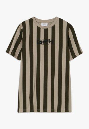 KEGAN TEE - Camiseta estampada - dark army/stone