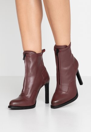 STRETT HEEL - High heeled ankle boots - plum