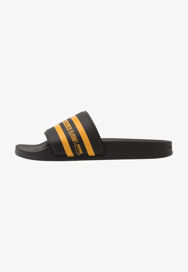 CART SLIDE - Mules - black/yellow