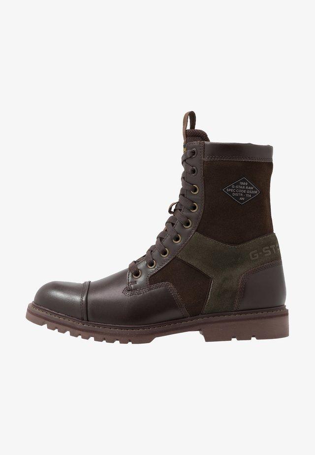 TENDRIC BOOT - Šněrovací kotníkové boty - dark brown/combat