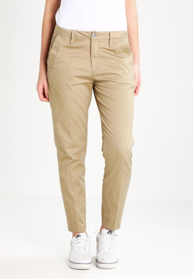 BRONSON MID SKINNY CHINO - Pantalones chinos - sahara