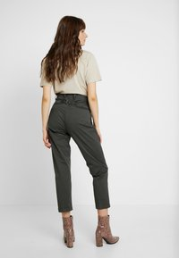 G-Star - PAGE MID BAGGY BF ANKLE CHINO WMN - Chinos - premium micro str twill od - 2