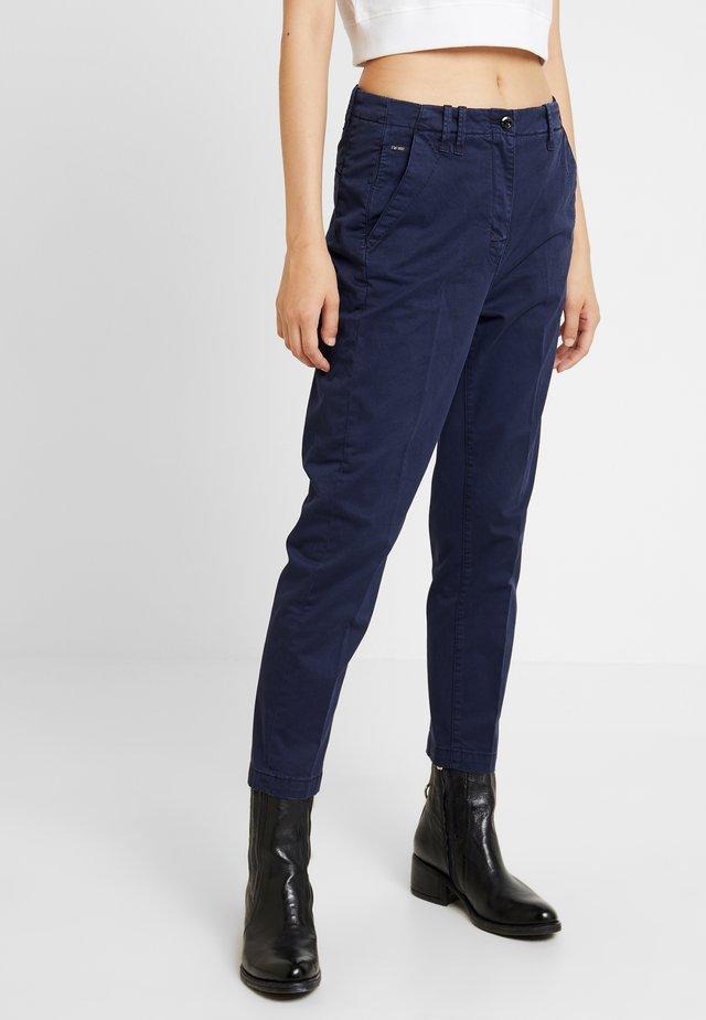 PAGE BOYFRIEND - Pantalones chinos - sartho blue