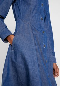 G-Star - BRISTUM SLIM FLARE FRINGE DRESS - Denim dress - rinsed - 6