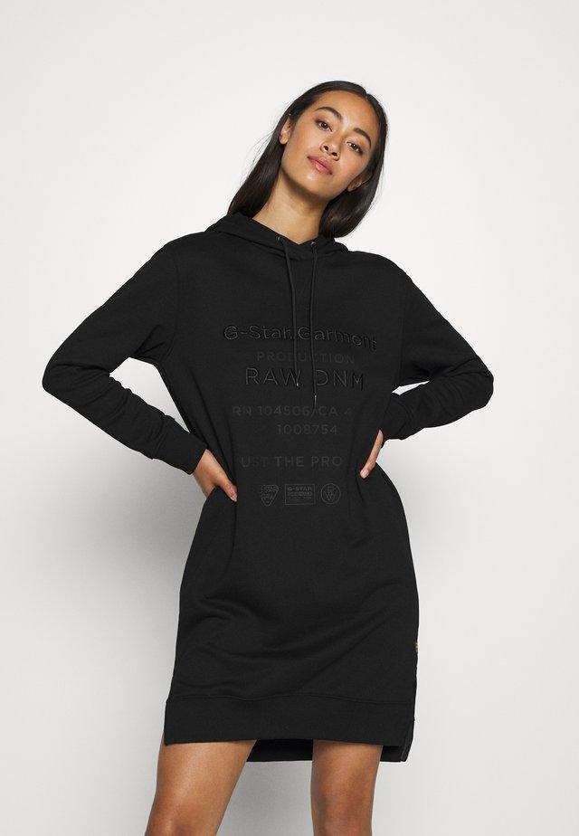 GRAPHIC TEXT DRESS - Denní šaty - black