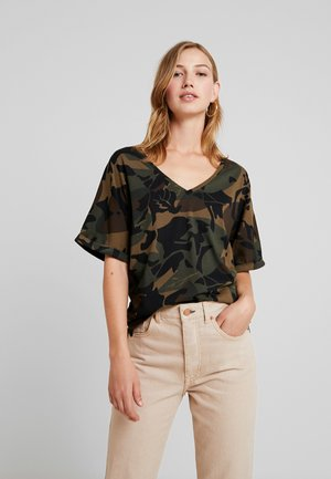 JOOSA  - Camiseta estampada - wild olive/forest night