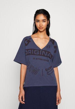 JOOSA V-NECK T-SHIRT - T-shirt imprimé - servant blue