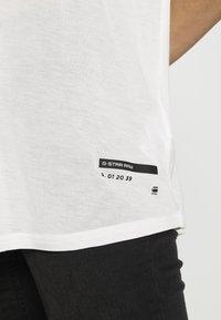 G-Star - WEIR UTILITY LOOSE R-NECK - Camiseta estampada - milk - 3