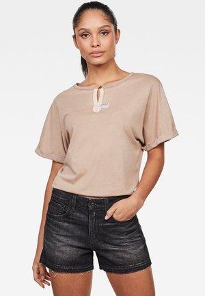 JOOSA - Print T-shirt - lt skin gd