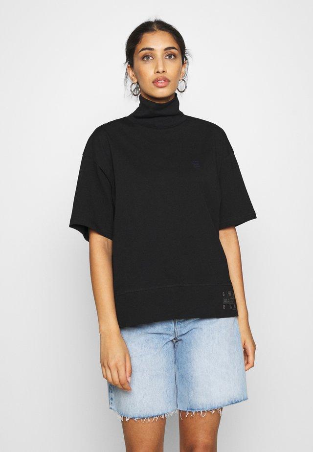 CARRN LOOSE FUNNEL - T-shirt z nadrukiem - black