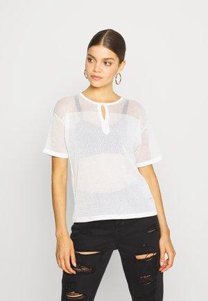 INQAR GRANDDAD MESH KNIT WMN S\S - T-shirts med print - milk