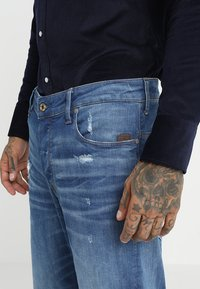 G-Star - ARC 3D RELAXED TAPERED - Relaxed fit jeans - rode stretch bright denim - medium aged ripped - 4