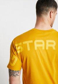 G-Star - KORPAZ GRAPHIC R T S\S - T-shirt print - gold - 5