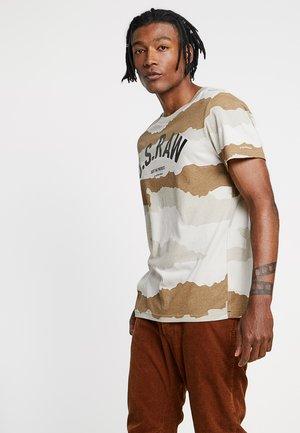 GRAPHIC 13 STRAIGHT - T-shirt print - whitebait/khaki
