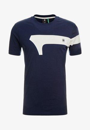 GRAPHIC 13 SLIM R T S/S - T-shirts med print - sartho blue
