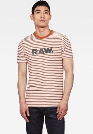 T-shirt print - aged almond/white