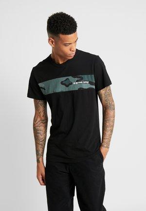 RODIS CAMO BLOCK - Print T-shirt - dk black