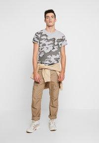 G-Star - SHELO - T-shirt z nadrukiem - grey - 1