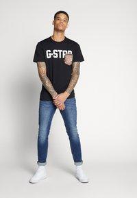 G-Star - GSRAW AO POCKET R T S\S - Camiseta estampada - dark black - 1