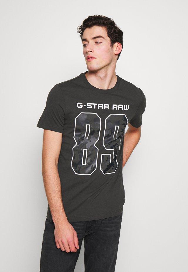 89 THISTLE SLIM R-NECK T-SHIRT - Camiseta estampada - raven