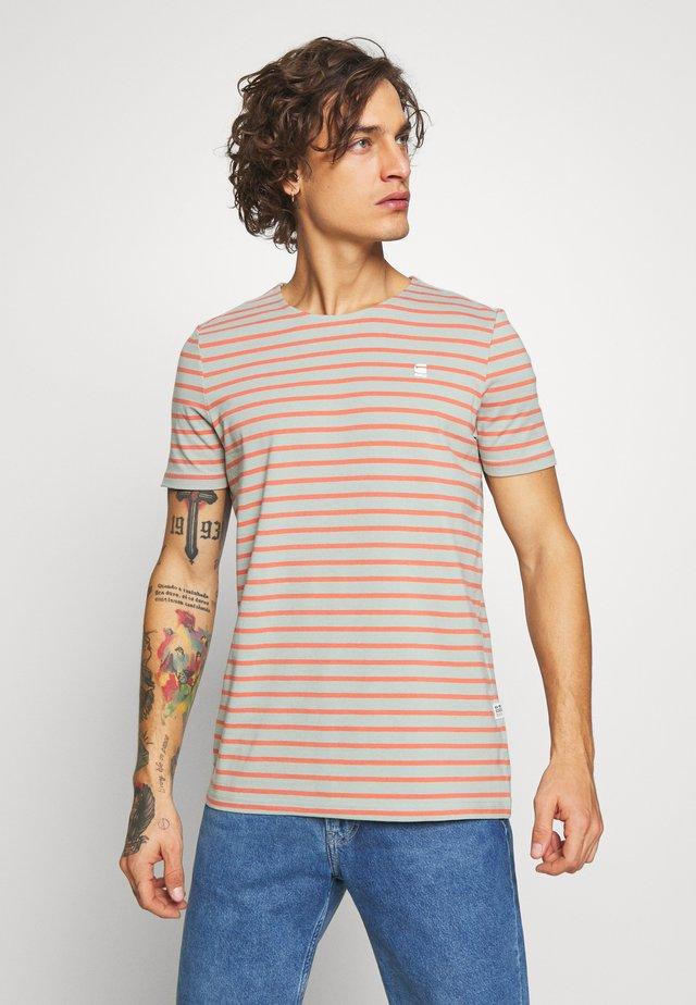 XARTTO - Camiseta estampada - pistache sea/langoustino pink
