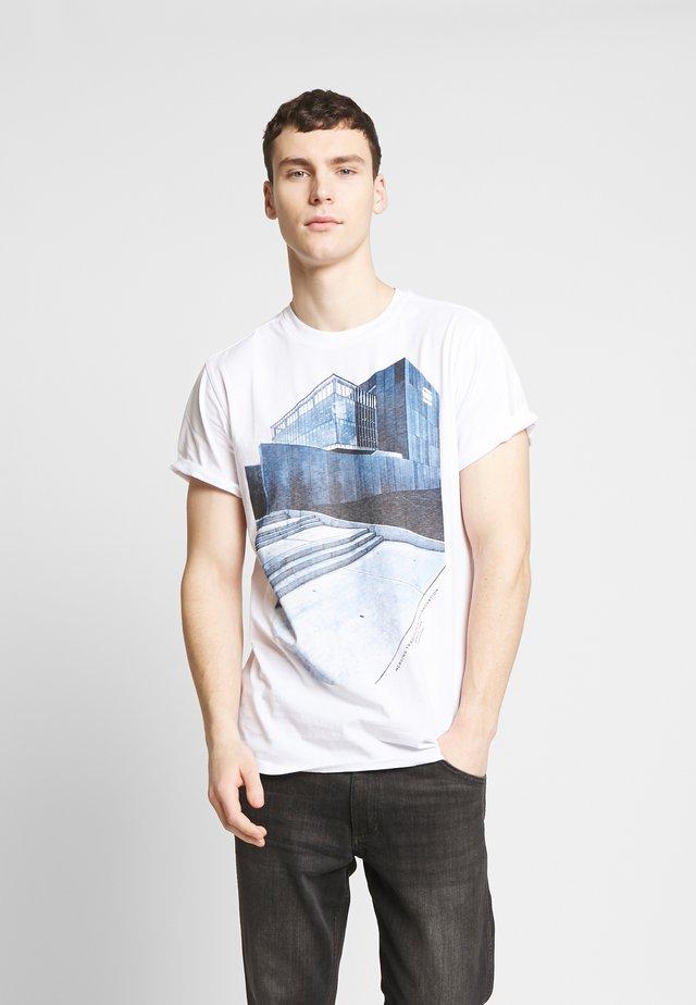 LASH BUILDING GR R T S\S - Camiseta estampada - white