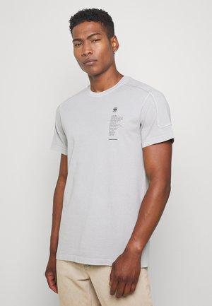 KORPAZ LOGOS GR R T S\S - Camiseta estampada - cool grey gd