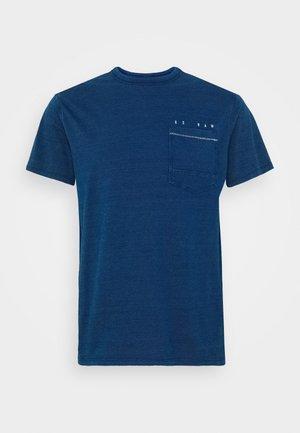 INDIGO RAW EMBRO GR POCKET R T S\S - T-shirt print - faded indigo