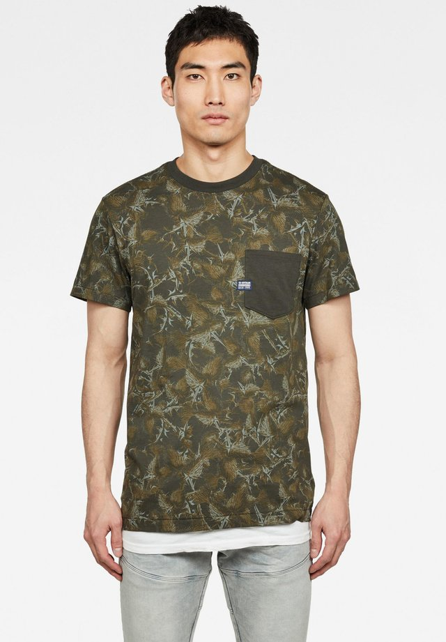 THISTLE POCKET - T-shirt print - grey moss/combat ao
