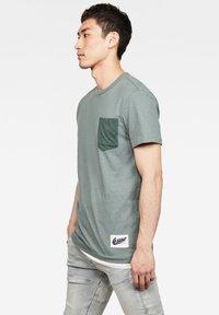 G-Star - CONTRAST POCKET - Print T-shirt - grey moss - 1