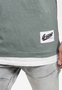 G-Star - CONTRAST POCKET - Print T-shirt - grey moss - 3