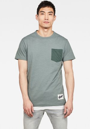 CONTRAST POCKET - Print T-shirt - grey moss