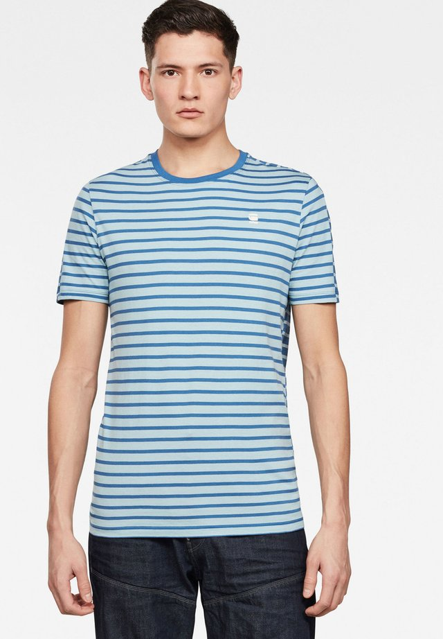 KORPAZ STRIPE GR SLIM - T-shirt print - deep sky/thermen stripe