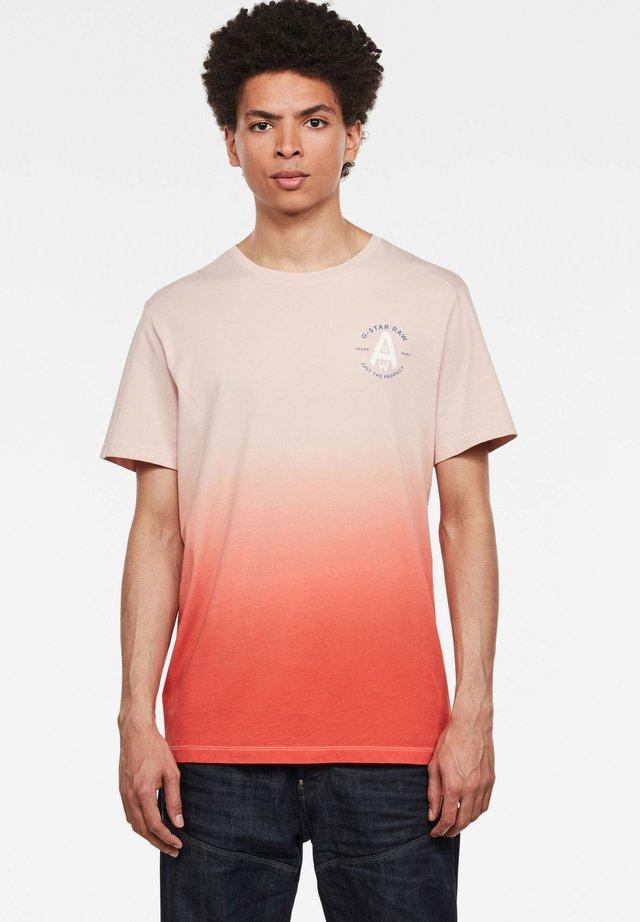 LOGO GR DIP DYE - T-shirt print - pyg/bright acid