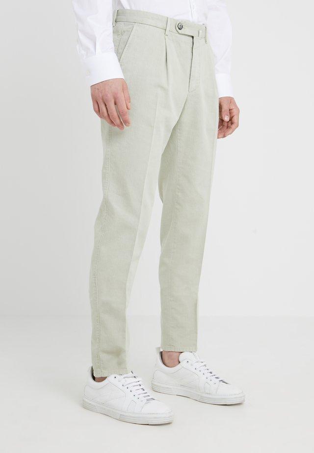 SETTESETTEDUE RESCA - Pantalon classique - salbei