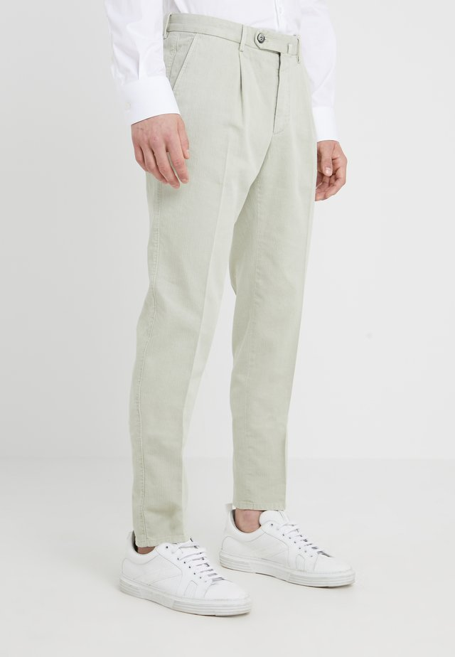 SETTESETTEDUE RESCA - Pantaloni - salbei