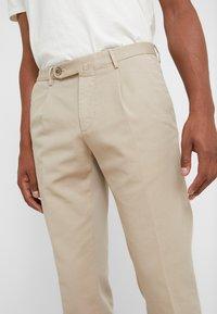 GTA - Spodnie materiałowe - beige - 3